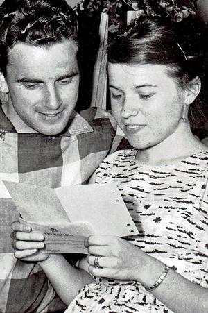Här läser Alice Sandström och maken Henthy det roliga telegrammet från Sveriges Radio. Foto: NA arkiv