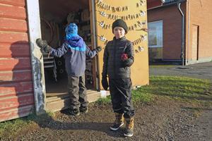 Barn vid redskapsboden på Hackås skola, Bergs kommun.