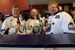 Thomas Bergström, Jan-Erik Kiltäpp och Roine Nilsson från Djurås åker alltid på Leksands matcher tillsammans, och en tradition är puben innan match.
