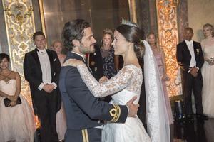 Sofia och Carl Philip dansar bröllopsvalsen i Karl XI:s galleri efter bröllopsmiddagen i Vita Havet på Kungliga slottet. Foto Jonas Ekströmer/TT