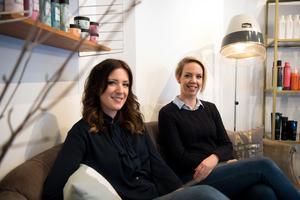 Mari Höglund och kollegan Sandra Nylander erbjuder både hårstyling och sminkning vilket gör att de får besök av många blivande brudar.