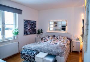 Sovrummet går i ljusa toner.