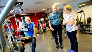 Ruben Björkebaum har gymtränat regelbundet i många år. I våras bröt han benet när han åkte slalom och tränar nu på Reacting och kastade kryckorna för några dagar sedan. Nu är siktet inställt på att vara redo inför slalomsäsongen. Under pausen samtalar han med Eva Söder och Kjell Lundström.
