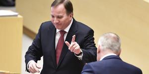Stefan Löfven (S) gav inget besked till V-ledaren Jonas Sjöstedt om extrapengar till kommuner och regioner i onsdagens partiledardebatt i riksdagen. I stället kom han bara med vaga löften om mer pengar. Det var ett misstag. Foto: Janerik Henriksson, TT.