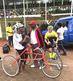 Cirka 10 000 personer fanns på plats vid det stora det stora idrottsevenemanget i Kericho. Invigningen avslutades med ett uppvisningslopp på 100 meter mellan Henrik och kenyanen Kevin.