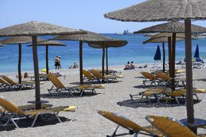 Turister på stranden i Rhodos stad i början av juni 2021.Foto: Henrik Montgomery / TT.