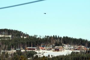 Polisens helikopter hovrade över byn under fredagsförmiddagen.