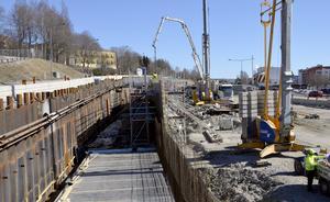 Utrymmet mellan stödmuren och Skönsbergsvägen kommer att fyllas igen. Där kommer en gång- och cykelväg att byggas.