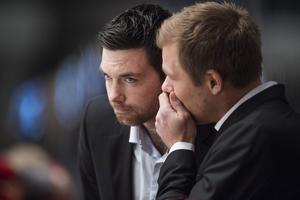 Jeremy Colliton och Tomas Mitell diskuterar under en ishockeymatch då duon var i Mora. Foto: Johanna Lundberg/Bildbyrån.