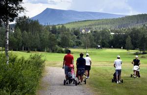 Golfspelarna trivs i Hede och i snitt löser 2 300 greenfeeavgift varje år. Foto: Bosse Johansson.