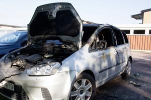 Torsdagsnattens andra bilbrand skedde på Dragverksgatan, på samma parkering där en tidigare bilbrand spred sig till ett soprum. Även den bilden totalförstördes.
