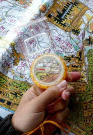 Orienterarnas viktiga verktyg: Karta och kompass.