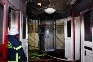 Längst upp i huset närmast vindsvåningen framgår omfattningen av de rök och vattenskador som kommer att ta lång tid att åtgärda.