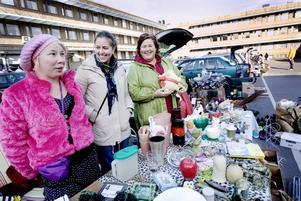 nöjda. Emelie Klintecorn och Sara Laurell var bland de närmare 100 försäljare som deltog i söndagens loppmarknad på p-huset i Gävle centrum. Centrumsamordnaren Eva Olsson, till höger, var nöjd.