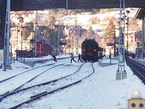 En familj som genar över spåren i Åre. Det syns inte på bilden men strax senare kommer ett tåg åkandes i 30 kilometer i timmen. Spårspring har blivit allt vanligare, framför allt i Åre har lokföraren Joakim Törnvall upplevt.