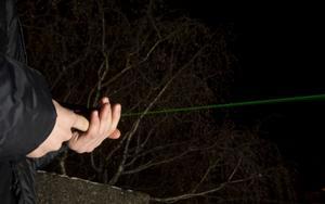 Laserpekare är ett farligt vapen om den används felaktigt och kan ge bestående ögonskador även från långt håll.