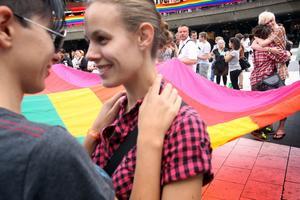 I samband med Pridefestivalen anordnades en stor hångelfest på Sergels torg i Stockholm. Den dagen ett homopar kan uttrycka sin kärlek på bussen utan någon tar den minsta notis om saken kommer det inte att anordnas några fler hångelmöten på