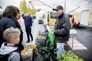 Lars Edman från Näsåker sålde ekologiska grönsaker på marknaden.