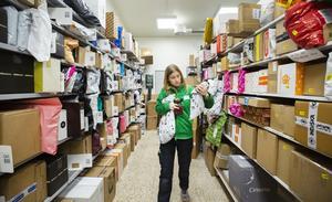 Elin Öberg på Coop Eken letar rätt på de väntande kundernas paket. Alla paket får inte plats i postlokalen under december.
