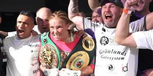 Patricia Berghult jublar med IBO- och WBA-bältena över axlarna. Faksimil: Viasat