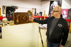 Lennart Holm visar en klocka i jugendstil.