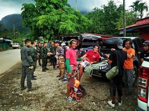 Luang Rachfang (till höger i orange), tillsammans med sina guider och övrig räddningspersonal. Foto: Hot Rock Climbing School