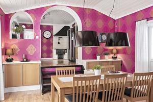 Kök och matplats i huset i Brandbo.  Foto: PAX