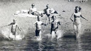 Skönt att bada tycker Johan Bergersen (tv) och familjen  Eberhardson 1988.