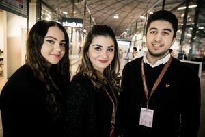 Från vänster i bild: Evelina Norman, Abeer Naeem och Shadida Polo från Hedemora. UF-företag: BetongMästare. Gör: Gjuter egna betongdekorationer.