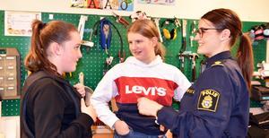 Alma Lindström och Elin Pettersson var intresserade av polisyrket.