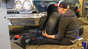 Kevin Ivars sätter tillbaka täcken på sin Chevrolet Impala från 1962. Bilen har inte körts på 43 år, men kommer att göra come-back på årets Summer Meet.