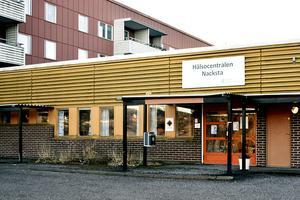 Vi är 3600 personer som ni slänger ut från Nacksta hälsocentral, vart skall vi ta vägen? undrar Jana Lindh Olsson.
