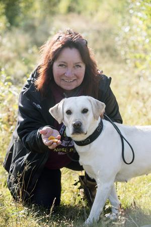 Hundinstruktören Marie Fogelquist visar hur man kan lära sin hund att leta kantarell. Isabell som tidigare inte letat kantarell fattar snabbt: Kantareller kan man byta mot godis och beröm.