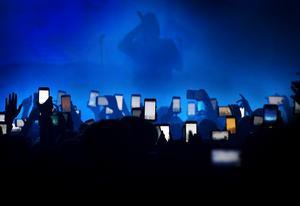 Det här är bilden som Robert Eriksson fick tredjepris för när Årets bild avgjordes. Bilden är från när tonårsidolerna Hov1 spelade för ett fullsatt Huskvarna Folkets Park och alla, mestadels tonårstjejer,  i publiken ville föreviga konserten med sina mobiltelefoner.