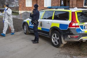 Alla fem personer som är misstänkta för inblandning i mordet sitter fortfarande häktade.