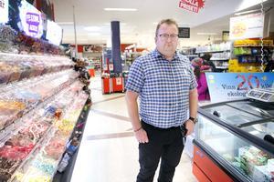 Nu vill butiksägaren Anders Waller lyfta frågeställningar om otrygghet och respekt i hopp om en bättre framtid.