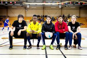 Mohammed Al-Dahan med klasskamraterna på Torsbergsskolans gymnasie med fotbollsinriktning, bästa kompisen Yakub Ahmed är tvåa från vänster.