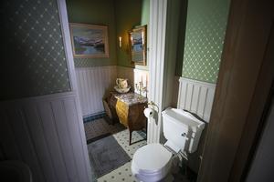 Toaletten på nedervåningen är nedgången till källaren.