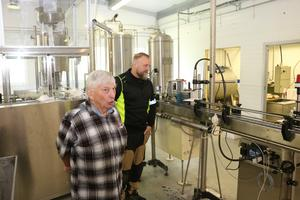 Mats Hjort är vd och Pierre Berg är produktion och kvalitetsansvarig i företaget Söderåsens naturliga mineralvattenkälla AB.