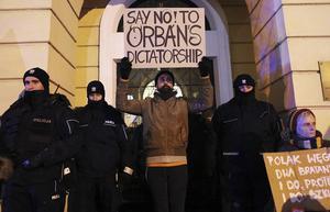 Protest vid Ungerns ambassad i Warszawa. Även Polen går i auktoritär riktning. (TT)