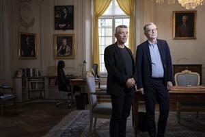 Ständige sekreteraren Anders Olsson och akademiledamoten och juristen Eric M Runesson presenterar Svenska Akademiens verksamhetsberättelse. Foto: Naina Helén Jåma/TT
