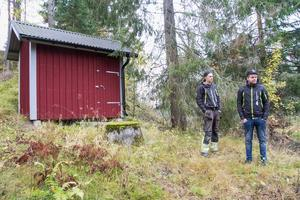 En fördel med dammutrivningen är att få en ny borrad brunn tycker Johannes Jonasson, här tillsammans med kompisen Joakim Lindgren.