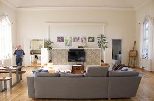Soffan är Fredriks bästa plats för avkoppling. Väggen bakom teven har fått en blommig William Morris-tapet.