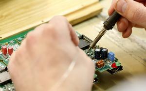 En hel del manuell lödning görs fortfarande på kretskorten. Då rör det sig ofta om delar som är för stora för maskinlinjen att hantera som till exempel kontakter.