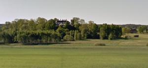 Johannesbergs slott ligger skyddat på en kulle strax väster om Gottröra. Foto: Google maps