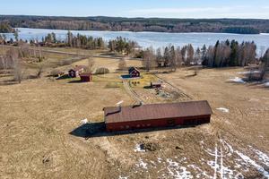 Gården ligger vid sjön Lågnsvan. Foto: Länsförsäkringar Fastighetsförmedling Arboga