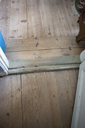 Det är rejäla gamla trägolv i alla rum. Och golvsocklar som går en bra bit upp på väggen. Några av de detaljer – tillsammans med de nötta trösklarna – som Cissi och Uffe uppskattar med huset.