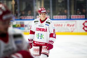 Filip Westerlund stannar i Timrå IK – åtminstone en månad till. Under måndagen presenterades kontraktsförlängningen.