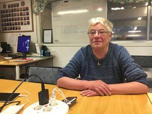 Inger Wiberg på Blidö är på brandstationen och får hjälp med att ladda sin mobiltelefon.