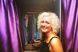 Sandra Estberg visar sina klänningar i bussen.